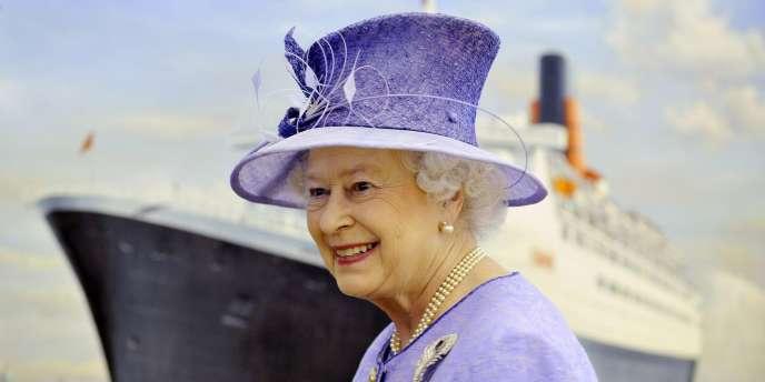 Selon Edward Ford, conseiller à Buckingham Palace entre 1952 et 1967, Elizabeth II soutiendrait sur le plan politique une droite modérée, adepte du consensus.