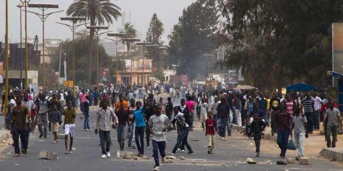 Des étudiants affrontent la police à Dakar, mercredi 1er février 2012.