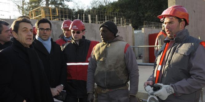 Nicolas Sarkozy parle avec des ouvriers lors de la visite d'un chantier à Mennecy, près de Paris, le 2 février 2012.