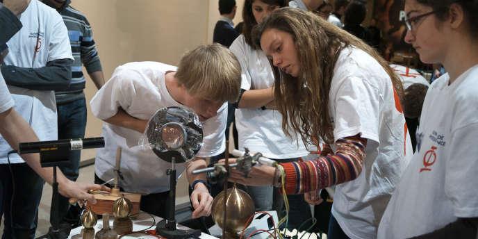 Ces élèves du lycée Guez-de-Balzac, à Angoulême, ont reproduit une expérience de Graham Bell.