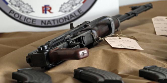 Une trentaine de douilles, apparemment tirées par une Kalachnikov, ont été retrouvées sur la scène du crime, où les policiers procédaient aux premières constatations.