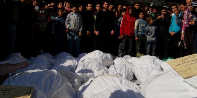Des victimes du bombardement qui a visé le quartier de Khaldiyé, à Homs, vendredi 3 février.