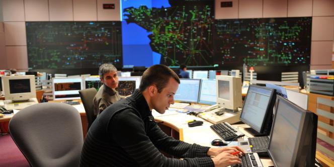 Chez Réseau de transport d'électricité (RTE), à La Chapelle-sur-Erdre, des employés organisent la distribution d'électricité dans l'ouest de la France, le 2 février.