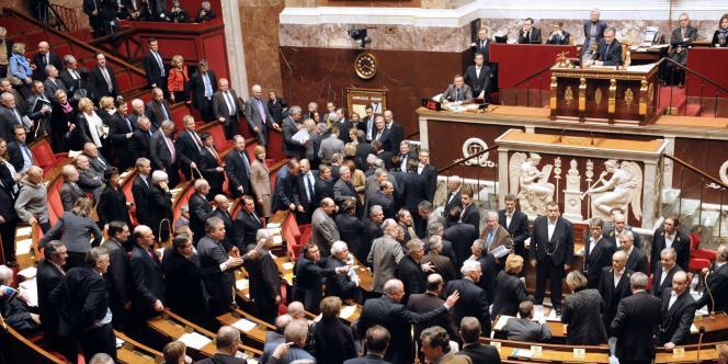 Les députés de la précédente majorité se levant en février 2012.
