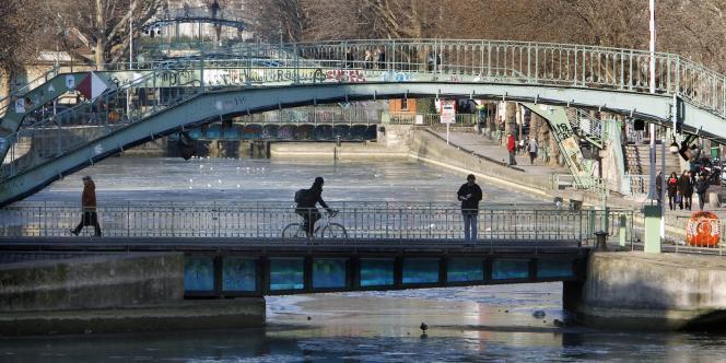 Le canal Saint-Martin, à Paris, commence à geler, mardi 7 février.