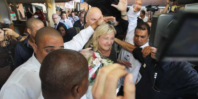 Huées, banderoles hostiles, Marseillaise en créole et musique traditionnelle réunionnaise jouée par une soixantaine de manifestants attendaient Marine Pen à sa descente d'avion à l'aéroport de Saint-Denis-de-la-Réunion, le 7 février 2012.
