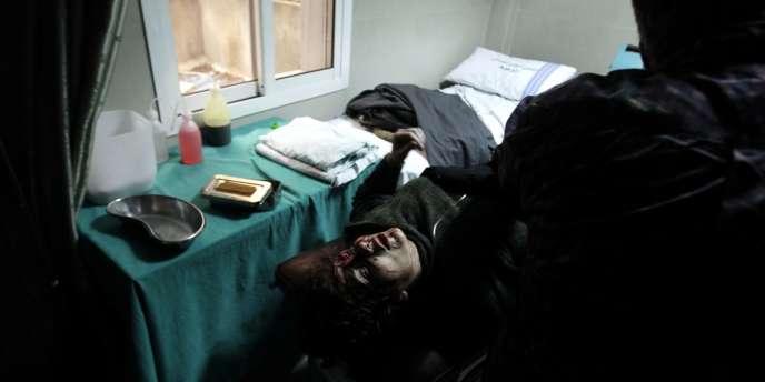 Une femme syrienne blessée reçoit des soins à l'hôpital d'Akrama.