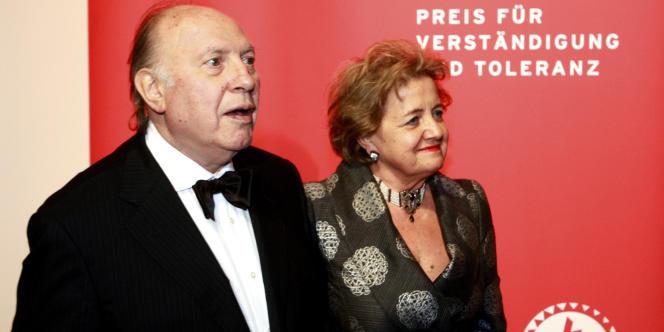 L'écrivain hongrois Imre Kertész, lauréat du Prix Nobel de littérature en 2002, avec son épouse Marta lors d'une cérémonie au Musée juif de Berlin, en novembre 2008.
