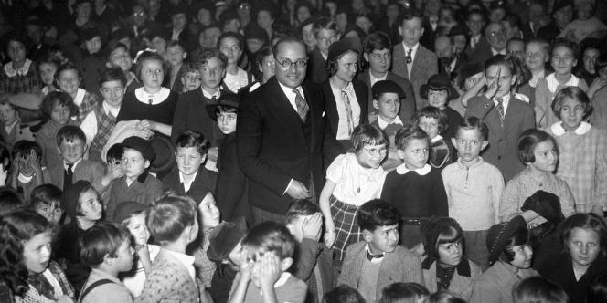L'ancien ministre du Front populaire, Jean Zay, ici entouré d'enfants dans un théâtre de marionnettes.