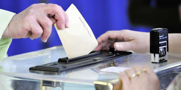 D'après une enquête menée par Opinion Way, les habitants des banlieues défavorisées déterminent leur vote en fonction de trois critères : l'économie, l'immigration et l'intégration.