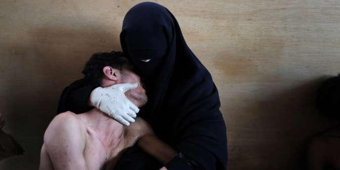 Le photographe espagnol Samuel Aranda remporte le World Press Photo 2011 pour sa photographie prise au Yémen d'une femme entièrement voilée tenant délicatement dans ses bras un de ses proches blessés. La photo a été prise dans une mosquée de Sanaa transformée en hôpital de campagne lors du soulèvement populaire contre l'ancien président Ali Abdallah Saleh.