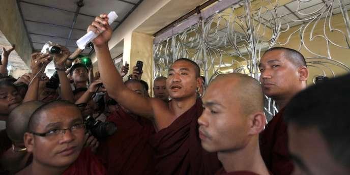 Shin Gambira (bras tendu), le 19 janvier 2012, au monastère de Shwenyawar, à Rangoun.