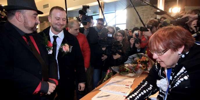 La maire communiste de Villejuif, Claudine Cordillot, a célébré l'union symbolique d'Alexis et Fabrice, le 11 février.
