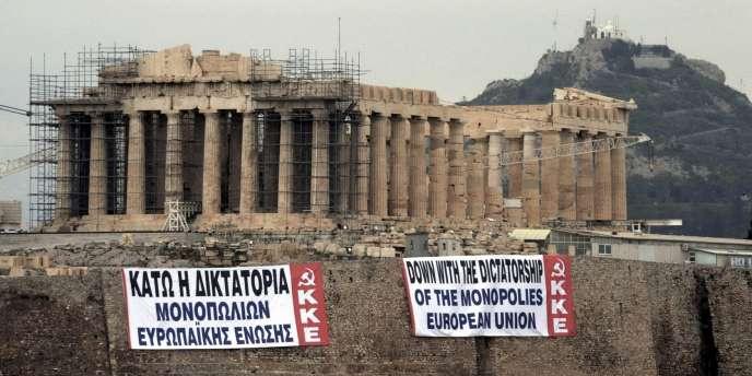 Des militants du front communiste syndical grec PAME ont déployé samedi 11 février sur l'Acropole deux banderoles géantes dénonçant