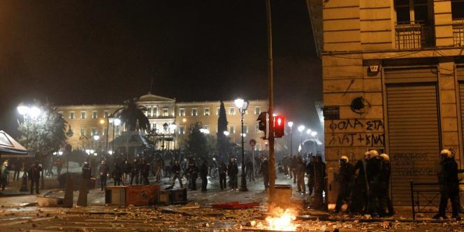 Des policiers antiémeute prennent position sur la place de la Constitution, devant le Parlement grec à Athènes, le 12 février dans la soirée.
