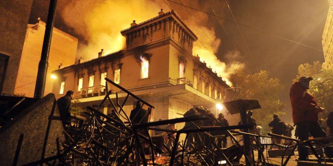 Un incendie détruit un magasin durant les émeutes qui ont opposé forces de l'ordre et manifestants contre le plan d'austérité à Athènes, le 12 février.