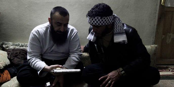Le trajet du Liban à Homs se fait de village en village, sous la menace des barrages volants. Premier volet de notre série de reportages à Homs.