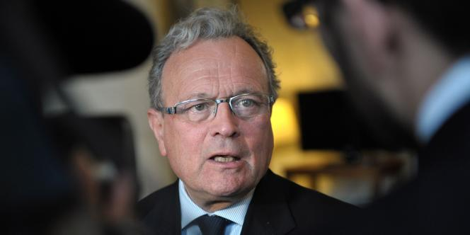 Le député UMP Christian Vanneste répond aux questions des journalistes le 13 février 2012 à l'Assemblée nationale à Paris.