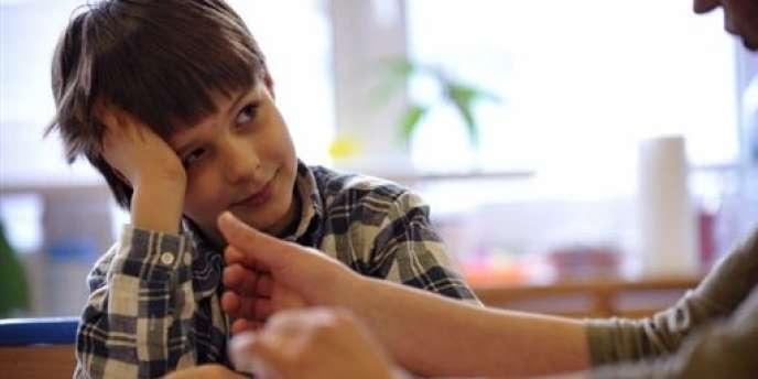 Un enfant atteint d'autisme et son thérapeute.