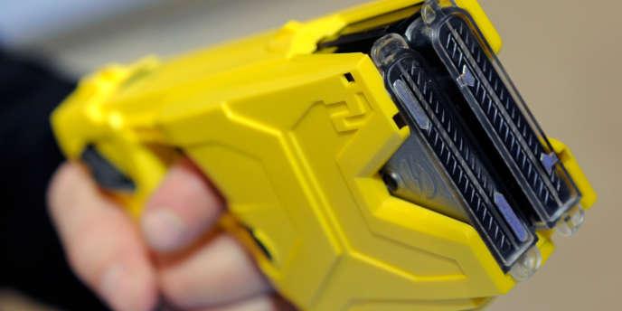 Démonstration d'un Taser, lors d'un salon consacré aux armes à feu, à Las Vegas, le 17 janvier 2012.