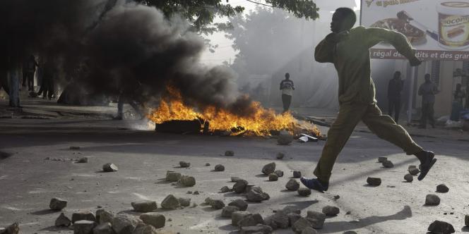 Des jeunes des jeunes ont mis le feu à des barricades de pneus, poubelles et détritus avant d'être dispersés par les policiers utilisant des grenades lacrymogènes.