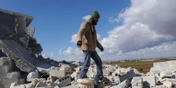 Sur les ruines d'une maison située dans la ville d'Idlib, dans le nord de la Syrie, le 16 février.