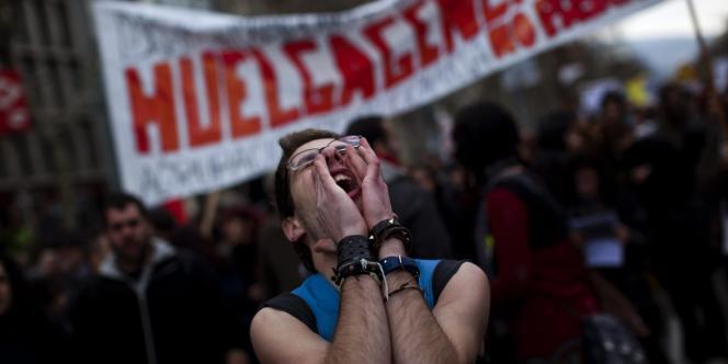 Les jeunes espagnols étaient présents en grand nombre aux manifestations contre la réforme du travail, le 19 février. Ici, à Barcelone.