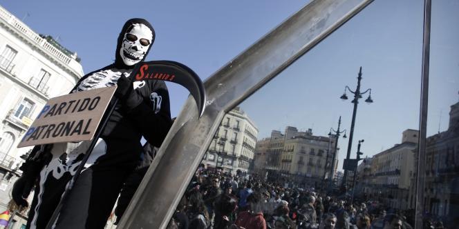 Un manifestant espagnol a revêtu le costume de la Grande faucheuse pour symboliser le