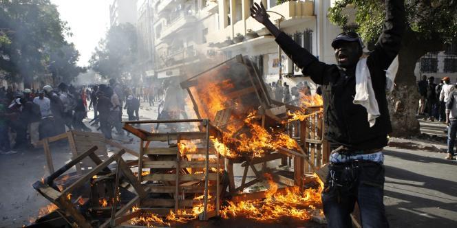 Des manifestants anti-gouvernementaux protestaient samedi 18 février dans le centre de Dakar.