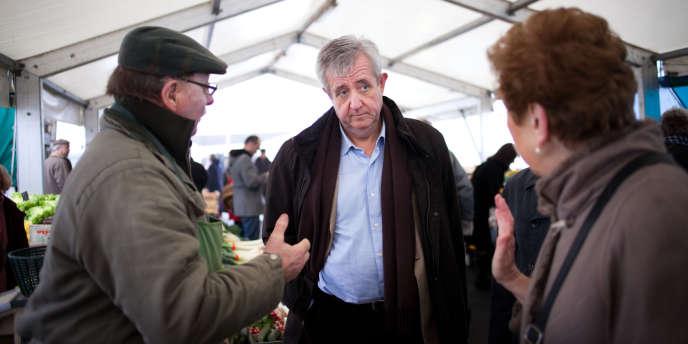 Charles-Eric Lemaignen, candidat UMP aux législatives dans le département du Loiret, samedi 18 février, sur un marché d'Orléans.