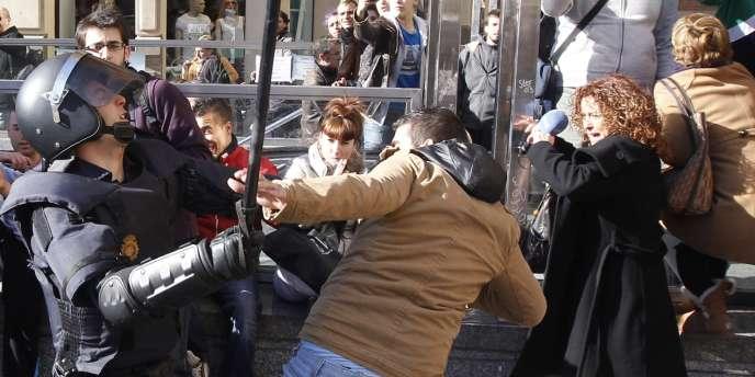 Manifestants et forces de l'ordre se sont affrontés dans les rues de Valence, lundi 20 février.