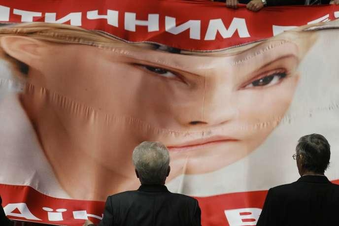Des députés ukrainiens déploient une bannière à l'effigie de l'ex-premier ministre Ioulia Timochenko, à Kiev le 7 février 2012.