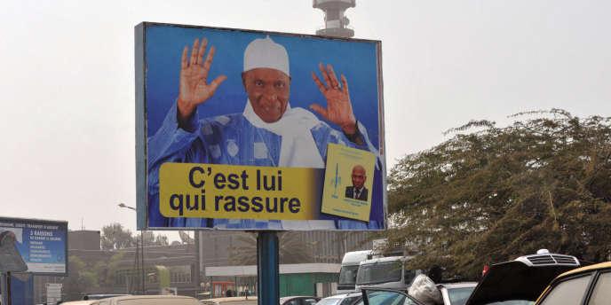 Affiche du président Wade dans les rues de Dakar, le 9 février 2012.