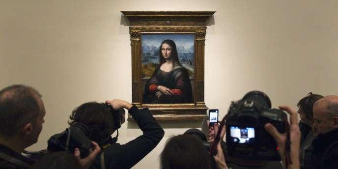Des visiteurs photographient au musée du Prado, à Madrid, une copie de la Joconde de Léonard de Vinci présentée comme