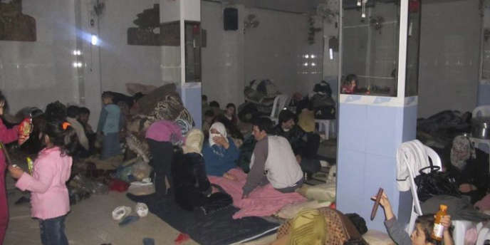 Des résidents du quartier de Baba Amro à Homs réfugiés dans un abri, en février 2012. L'ONU dénonce une dégradation de la situation humanitaire en Syrie.