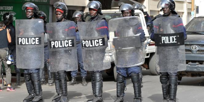 Des policiers bloquent l'accès à la place de l'Indépendance à Dakar, où les membres de l'opposition ont appelé à une nouvelle manifestation, le 22 février.
