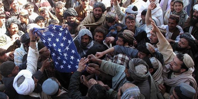 Lors d'une manifestation antiaméricaine, jeudi, des manifestants afghans s'apprêtent à brûler un drapeau américain.