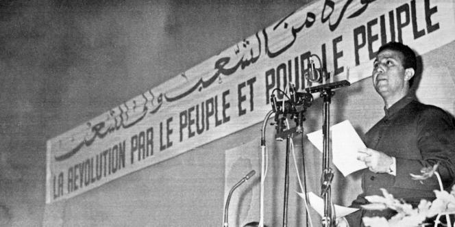 Militant indépendantiste de la première heure, Ahmed Ben Bella est emprisonné à la suite du hold-up à la poste centrale d'Oran en 1950. Il s'évade en 1952 et rejoint Le Caire où il devient, dès sa création, un des principaux dirigeants du FLN (Front de Libération Nationale).