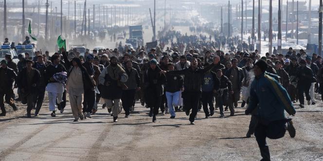 A Kaboul, des manifestants afghans courent en scandant des slogans antiaméricains.