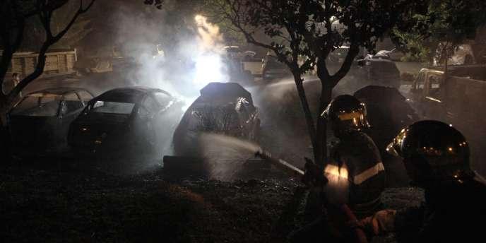 Des voitures brûlées dans la ville du Port, mercredi 22 février.