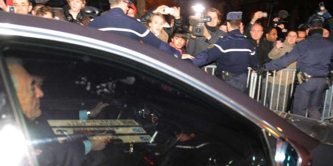 Dominique Strauss-Kahn quitte libre, mercredi 22 février, la caserne de gendarmerie de Lille où il a été entendu par les policiers.