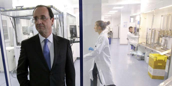 Francois Hollande lors d'une visite au Genopole d'Evry, (Essonne), le 22 février.