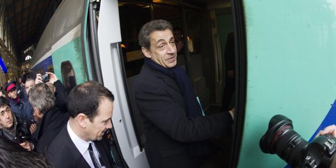 Nicolas Sarkozy entre dans le TGV qui le mène à Lille, le 23 février.