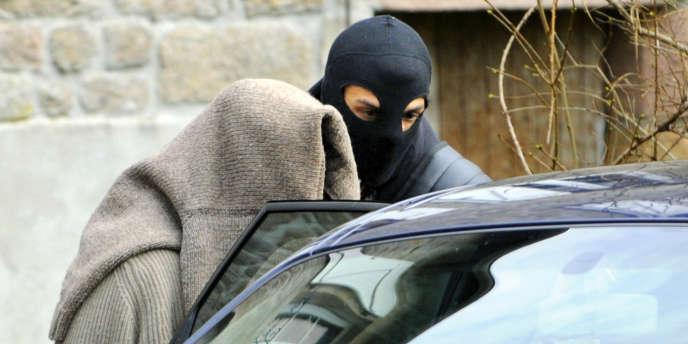 Le 11 novembre 2008, la police procède à plusieurs arrestations dans le village de Tarnac en Corrèze.