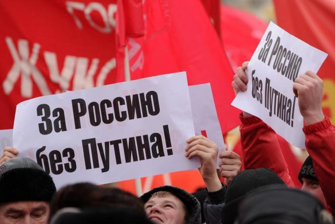 Des membres du Parti communiste défilent, avant la présidentielle de mars 2012, dans les rues de Moscou :