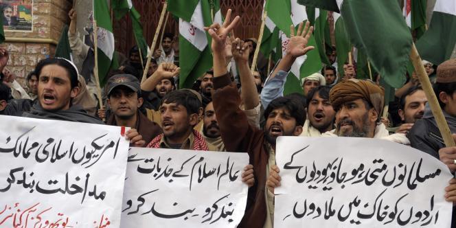 Des manifestants scandent des slogans hostiles aux Américains à Quetta (sud-ouest), le 24 février.