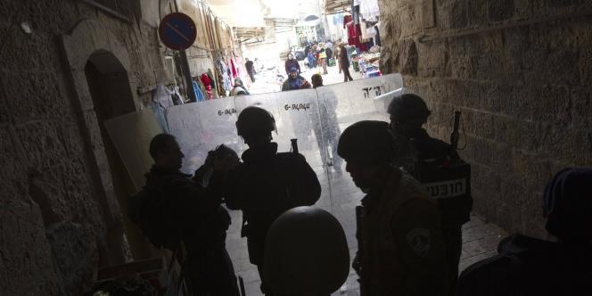 Des policiers israéliens sur l'esplanade des Mosquées à Jérusalem, le 24 février.