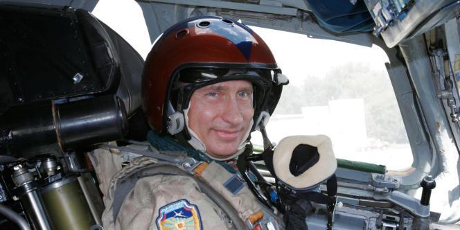 Depuis 2000, Vladimir Poutine se met en scène en tant qu'homme viril. Ici, le 16 août 2005, dans le cockpit du bombardier Tupolev Tu-160, à l'aéroport militaire de Moscou.