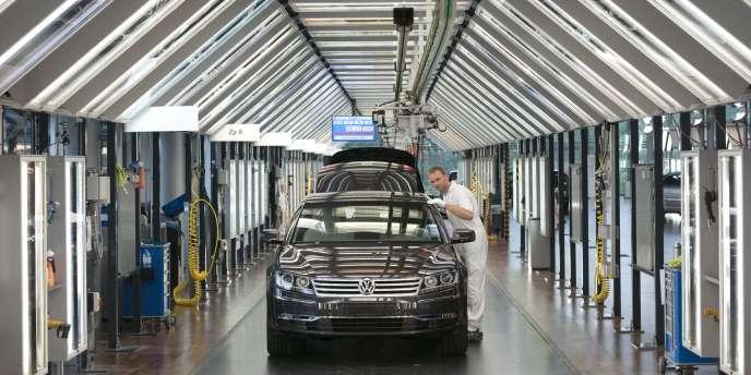 Usine Volkswagen de Dresde, en Allemagne. Par rapport à septembre, les exportations allemandes n'ont crû que de 0,2 %. Les importations, elles, ont progressé de 2,9 %.