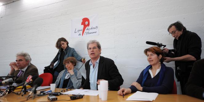 Les avocats de la défense, William Bourdon, Irène Terrel et Dominique Valles donnent une conférence de presse le 2 avril 2009 à la Ligue des droits de l'homme pour pointer les manquements de l'enquête.